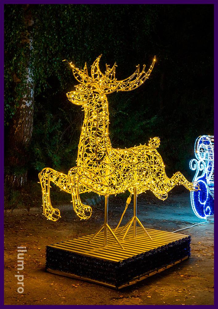 Новогодняя фигура в форме оленя из гирлянд и алюминиевого каркаса с санями