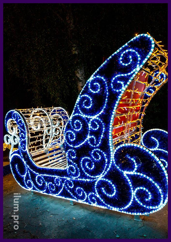 Разноцветная декоративная композиция из металлического каркаса и гирлянд - олень и сани Деда Мороза