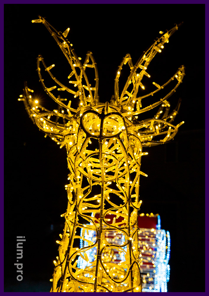 Украшение города на Новый год светодиодным оленем и санями Деда Мороза с гирляндами