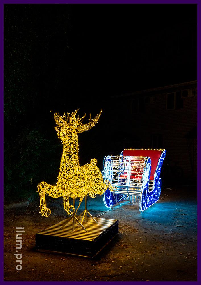 Олень из гирлянд и сани Деда Мороза с мишурой и дюралайтом на металлическом каркасе