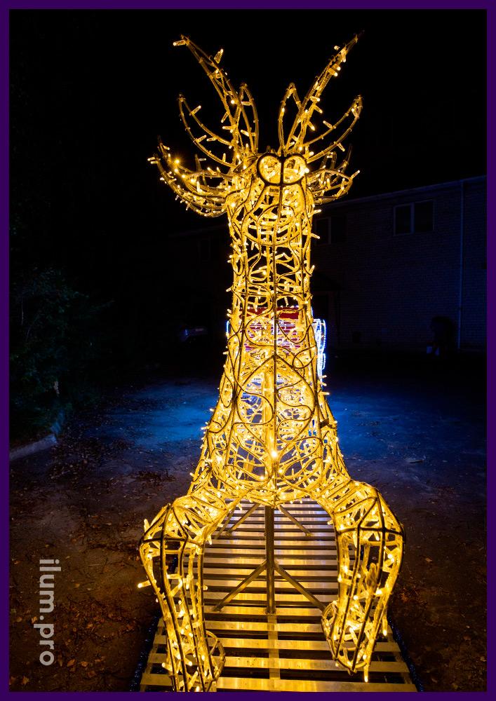 Декоративная фотозона с подсветкой в форме оленя с санями на Новый год