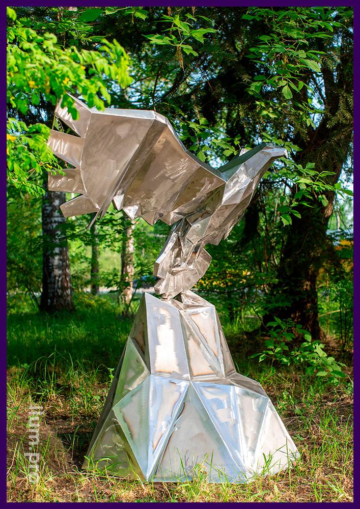Металлический полигональный орёл со скалой, арт-объект для украшения парков и скверов