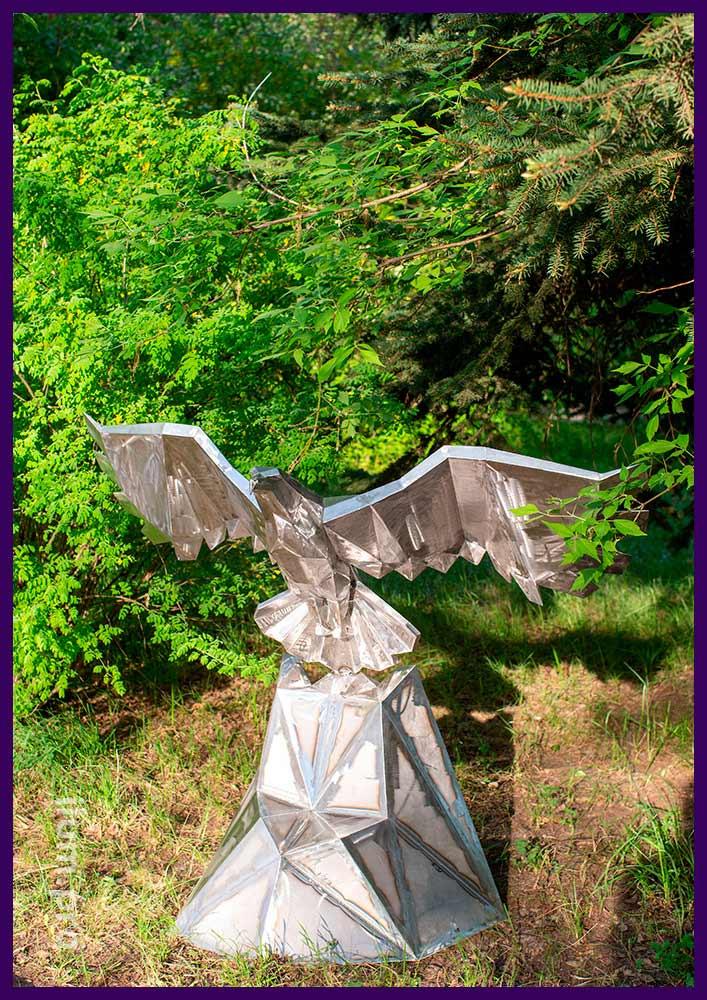 Скульптура садово-парковая металлическая в форме полигонального орла взлетающего со скалы