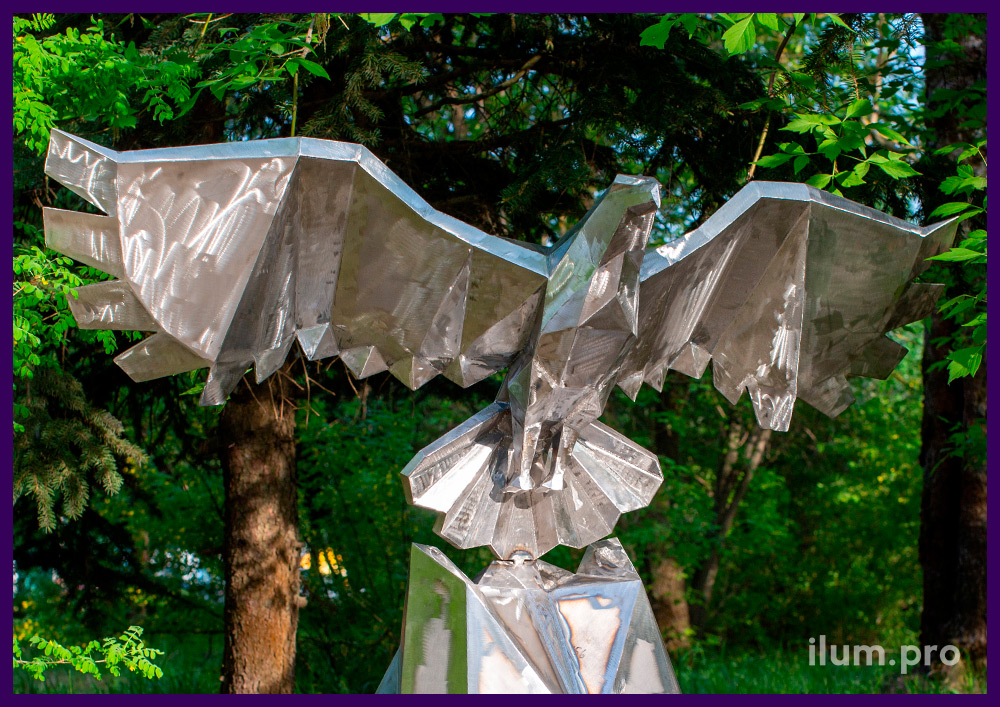 Металлический полигональный орёл, арт-объект в городском парке