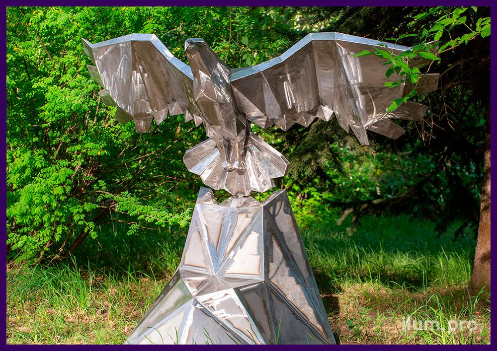 Золотой полигональный орёл - металлическая фигура с большими крыльями на скале