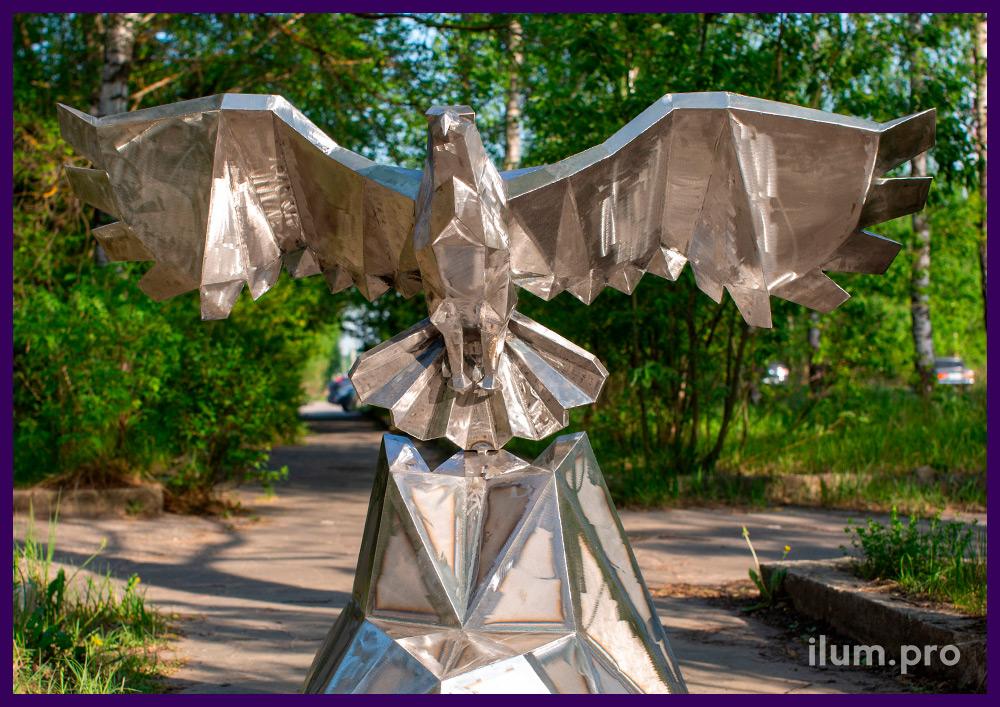 Орёл из металла - полигональная скульптура птицы, взлетающей со скалы
