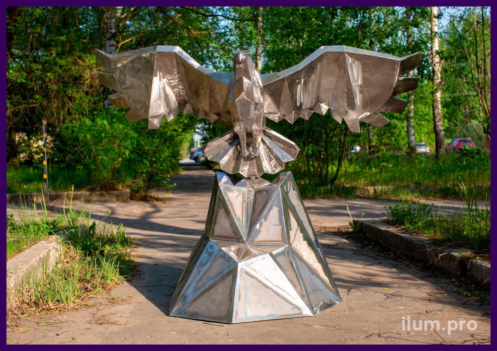 Золотой полигональный орёл из листовой стали - металлический арт-объект в городском парке