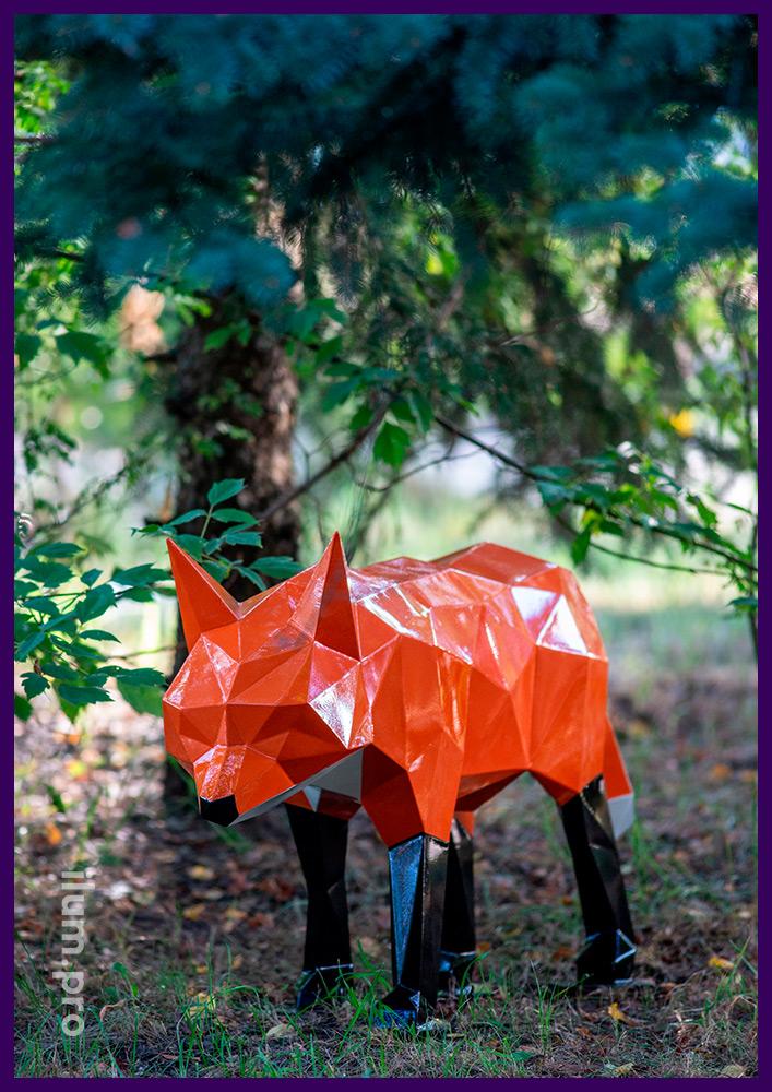 Полигональный арт-объект в форме лисы, оранжевая краска, чёрные лапки и белый хвост