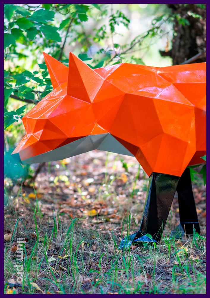 Полигональный хитрый лис оранжевого цвета с чёрными лапами и белым хвостом
