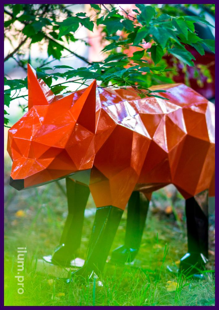 Металлический полигональный арт-объект в форме лиса с гранями разного цвета