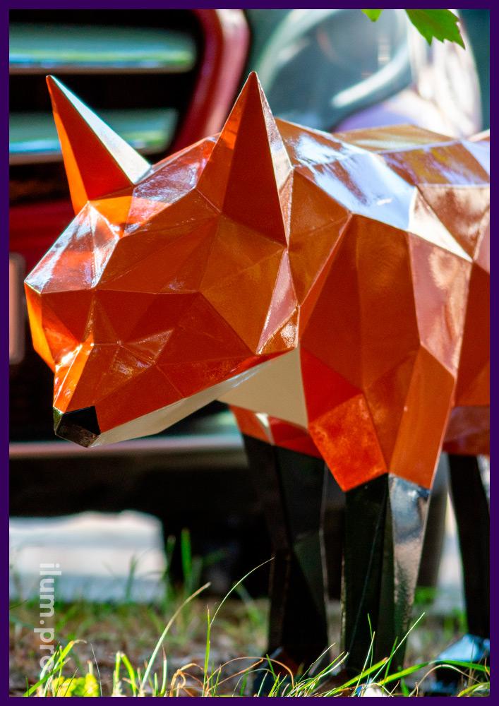 Арт-объект металлический крашеный в форме лисы, полигональная скульптура в парке