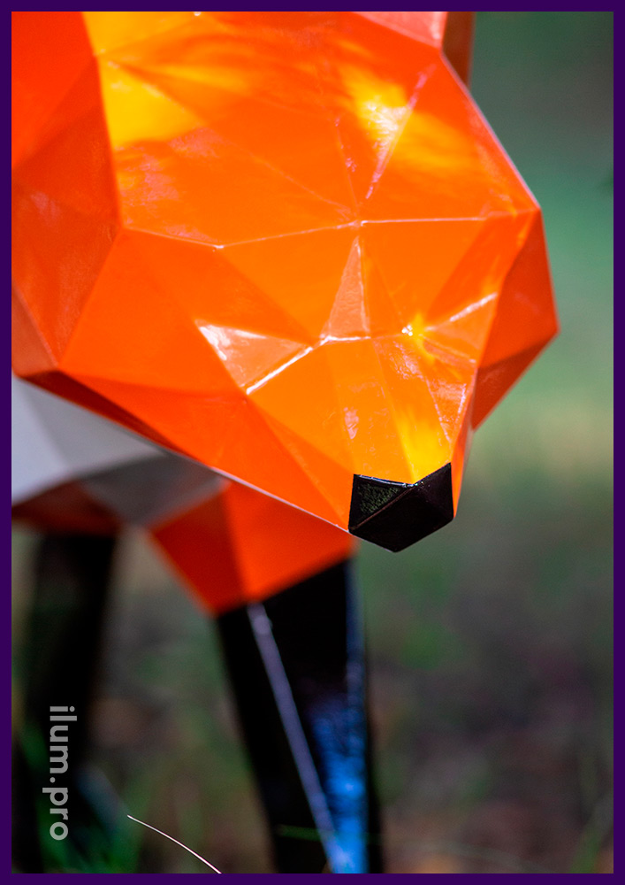 Разноцветная полигональная скульптура лисы с порошковой краской и стальным каркасом