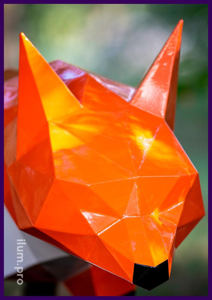 Полигональная лиса из стали - разноцветный арт-объект для украшения городского парка