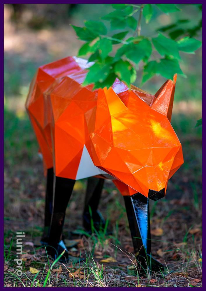 Полигональная скульптура для сада и парка - оранжевый лис с чёрными лапками и белым хвостом