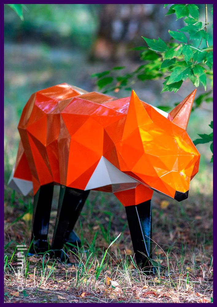 Металлическая объемная фигура в форме оранжевой лисы с чёрными лапами для установки в парках и скверах