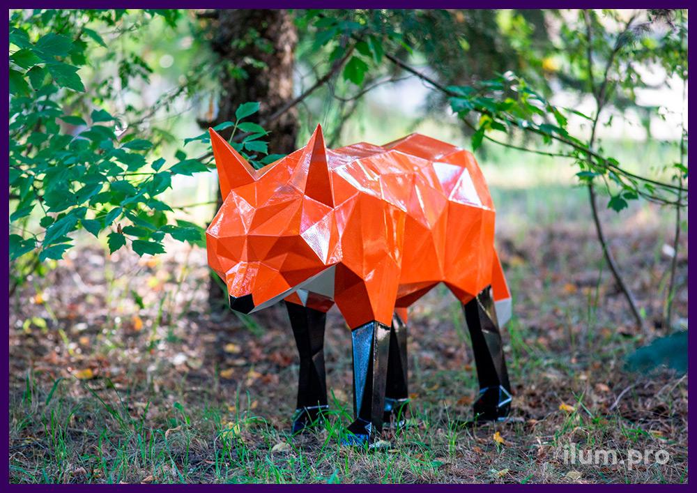 Скульптуры металлические полигональные с разноцветными покрытиями - хитрый лис