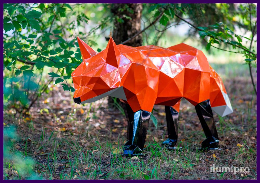 Объёмная полигональная фигура лисы оранжевого цвета с чёрными лапами и белым хвостом