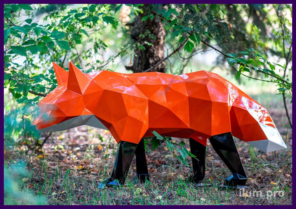 Оранжевая лиса полигональная металлическая с белым хвостом и чёрными лапами