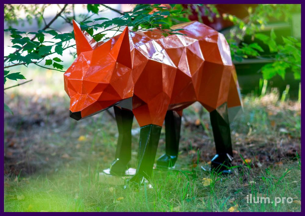 Оранжевая полигональная фигура лисы с чёрным носом и лапками, каркас из стали
