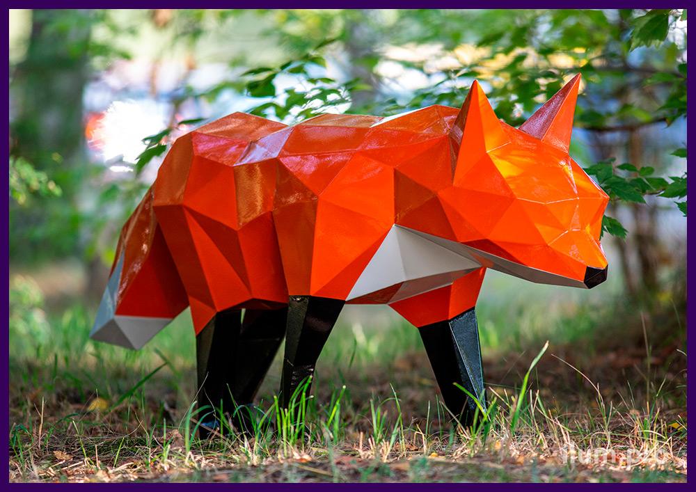 Разноцветные полигональные скульптуры лис из стали, металлические арт-объекты на газоне