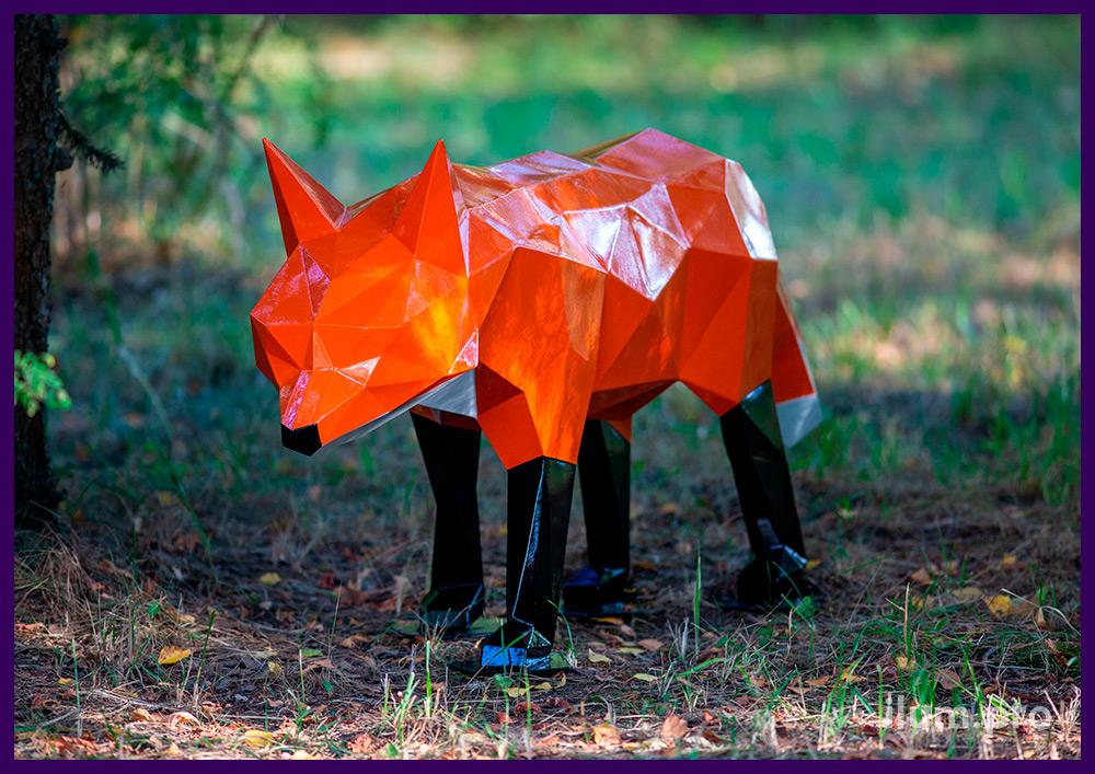 Металлический полигональный лис оранжевого цвета, чёрные лапы и белый хвост