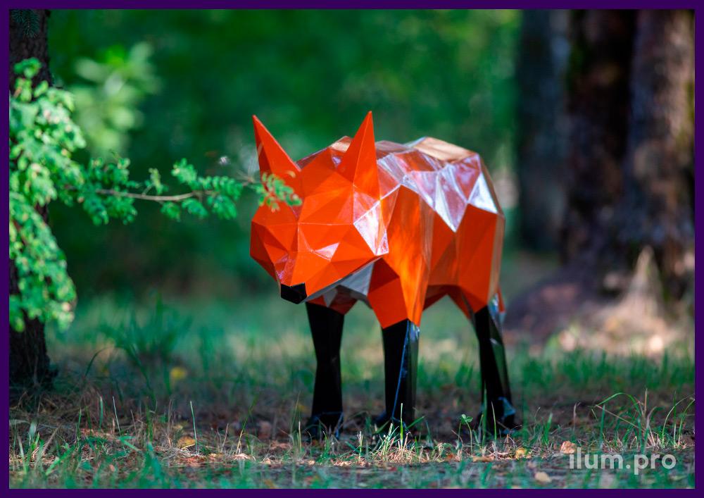 Фигура полигональная металлическая в форме лисы с чёрными лапами и белой грудью