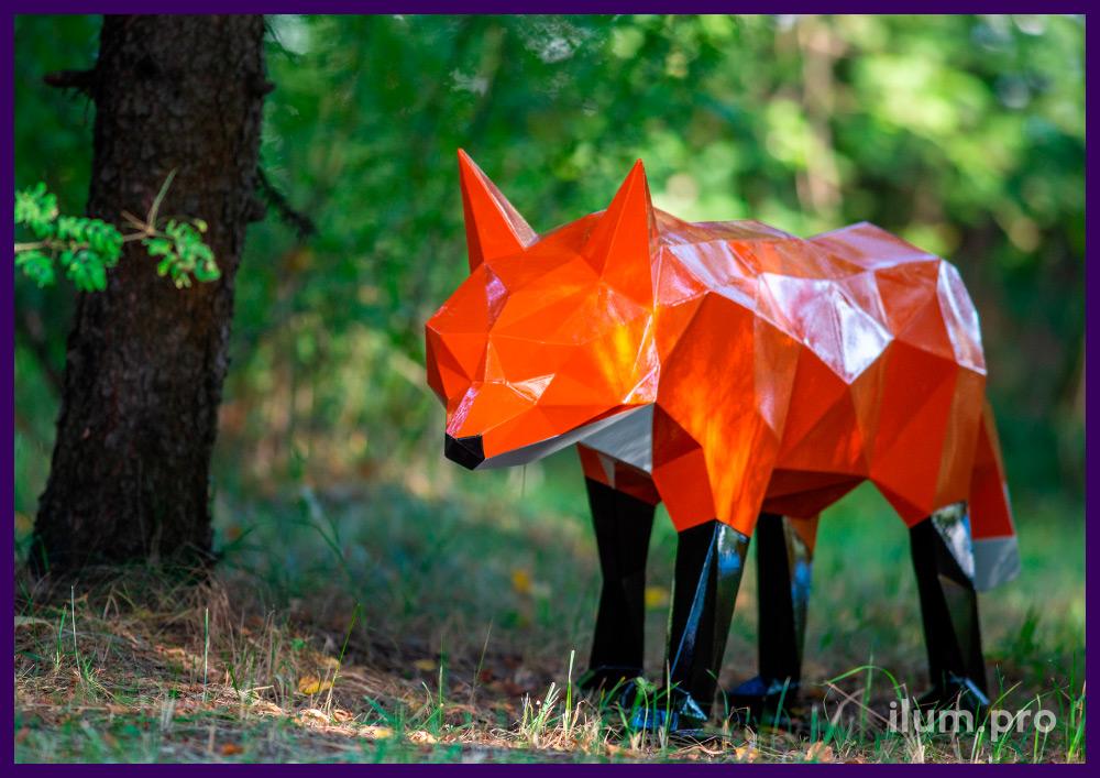 Оранжевая полигональная лиса с металлическим каркасом и белым хвостом