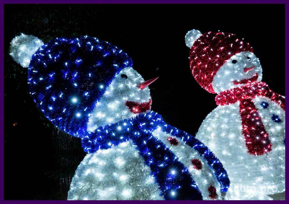 Снеговики-гиганты высотой 2,5 метра с поверхностью из пушистой мишуры и подсветкой иллюминацией