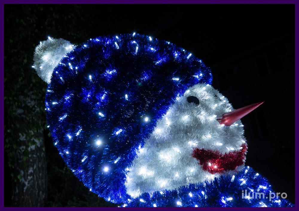 Снеговик из разноцветной мишуры с подсветкой уличными гирляндами белого цвета