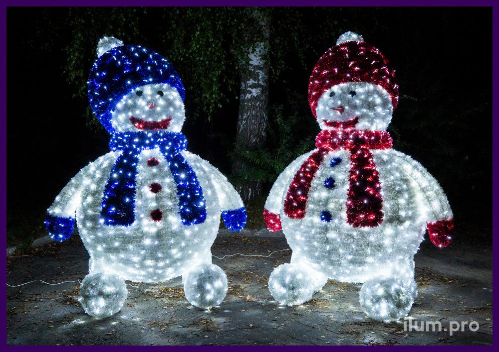 Объёмная фигура снеговика в шапке и шарфе из мишуры и светодиодной подсветки гирляндами
