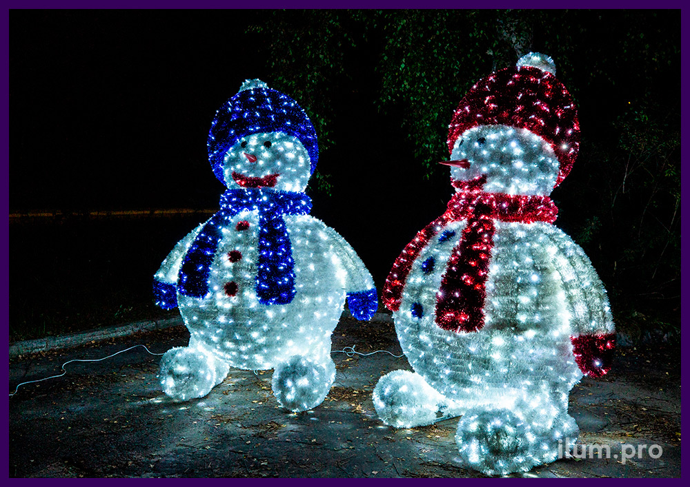 Снеговики из пушистой мишуры и светодиодных гирлянд белого цвета, новогодние уличные декорации