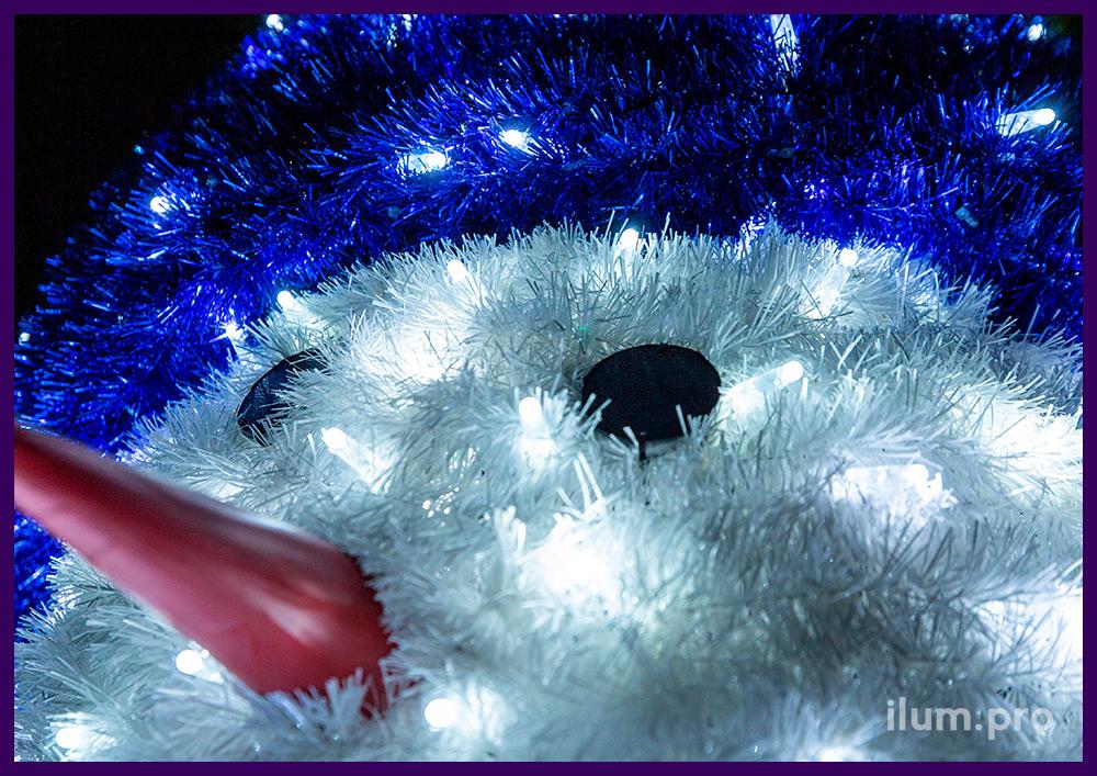 Снеговик с мишурой и светодиодными гирляндами для украшения улицы на Новый год