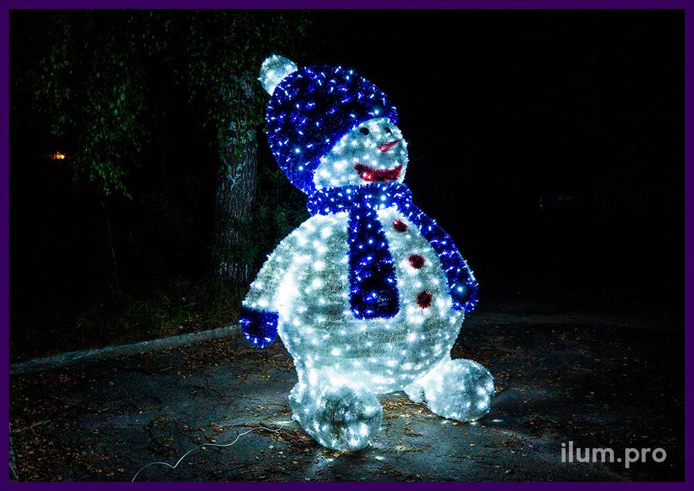Снеговик с блестящей мишурой и алюминиевым каркасом, подсветка уличными гирляндами