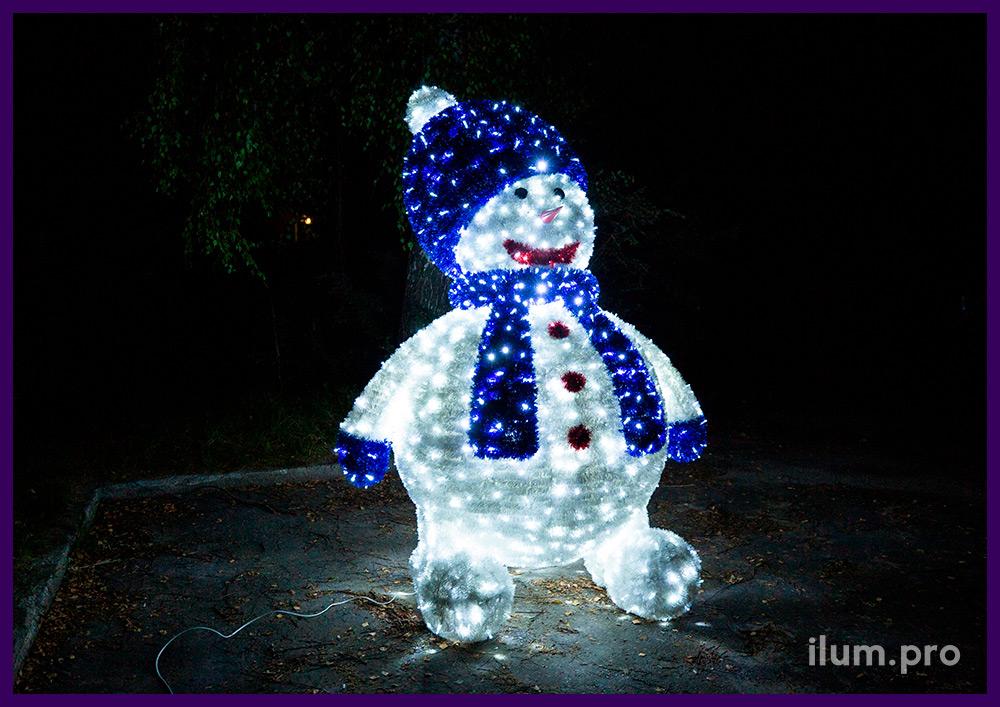 Светящаяся фигура снеговика из мишуры и гирлянд на каркасе из алюминия