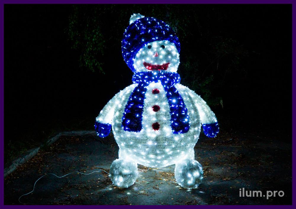 Снеговик из гирлянд и разноцветной мишуры, декоративные фигуры больших размеров на Новый год
