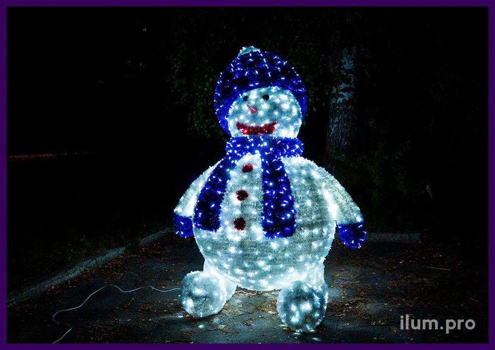 Снеговик с блестящей мишурой и подсветкой уличной иллюминацией - декоративные фигуры