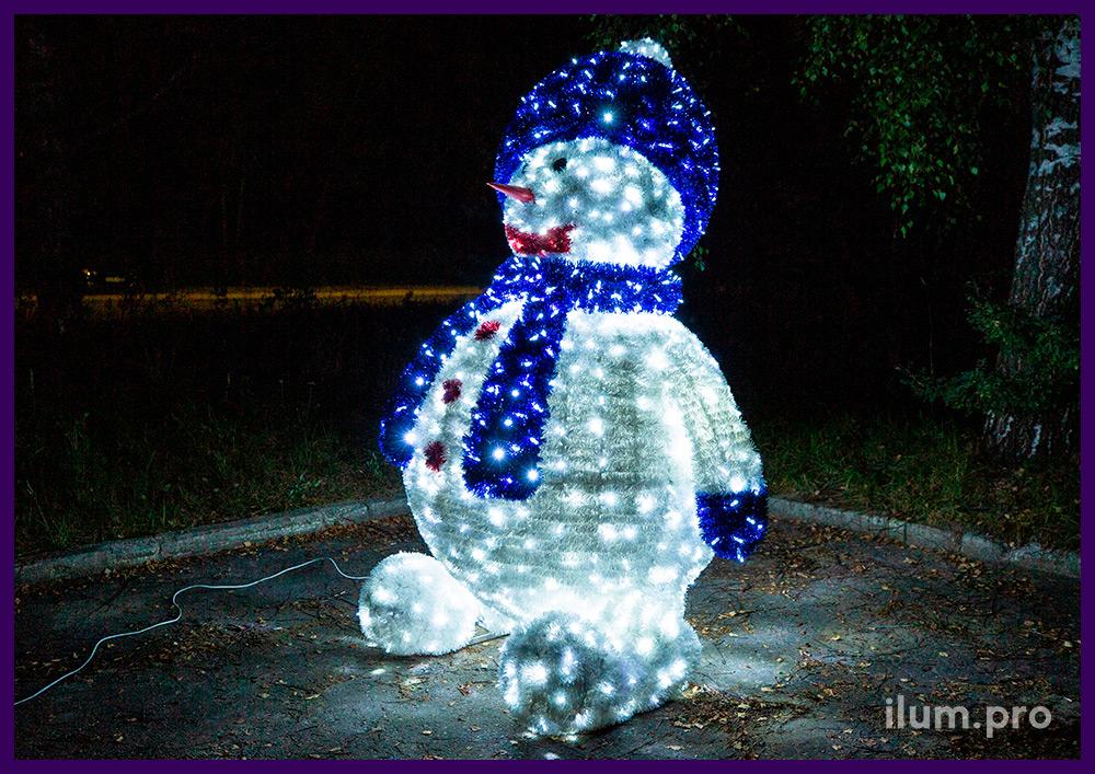 Большая объёмная фигура с гирляндами и мишурой в виде снеговика с синей шапкой и шарфом