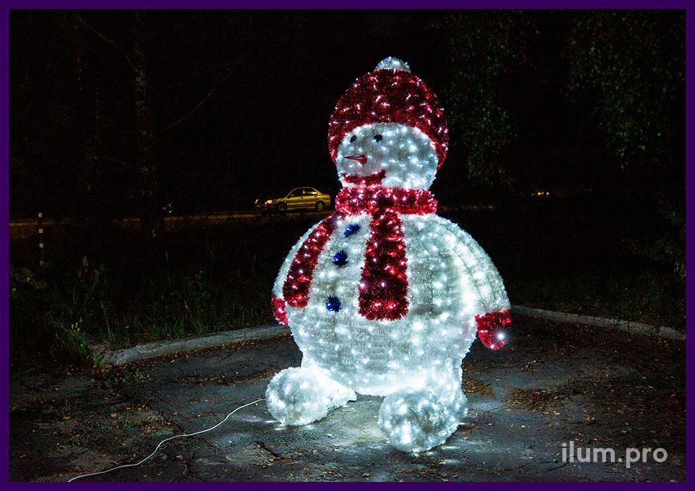 Снеговики из мишуры и гирлянд с подсветкой гирляндами белого цвета для установки на улице