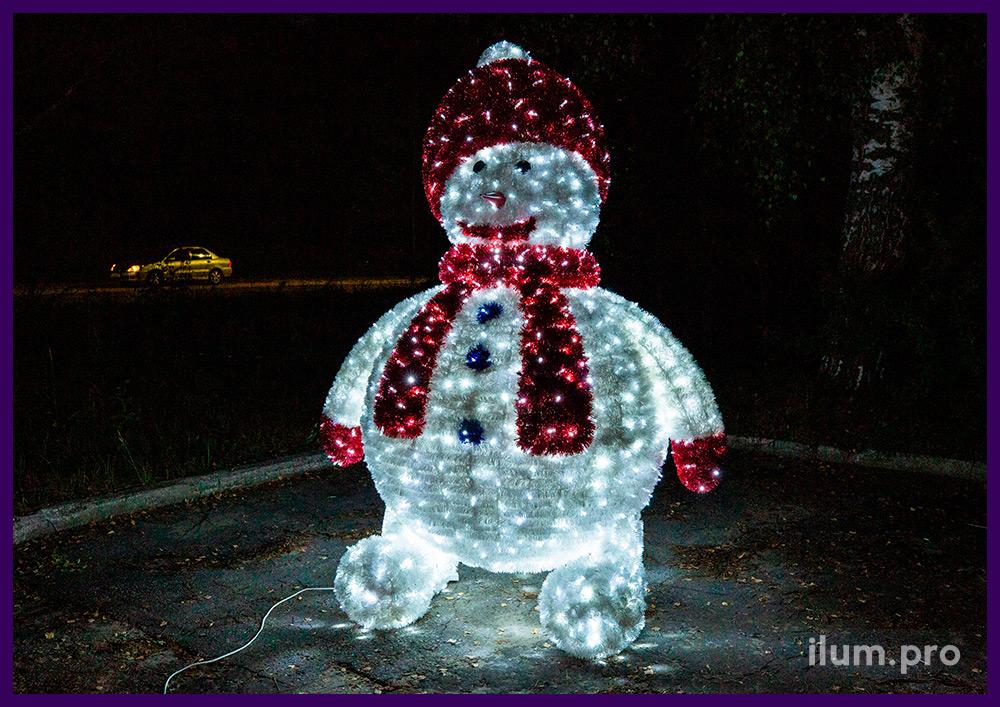 Декоративная новогодняя фигура снеговика в шапке и шарфе из пушистой мишуры и гирлянд