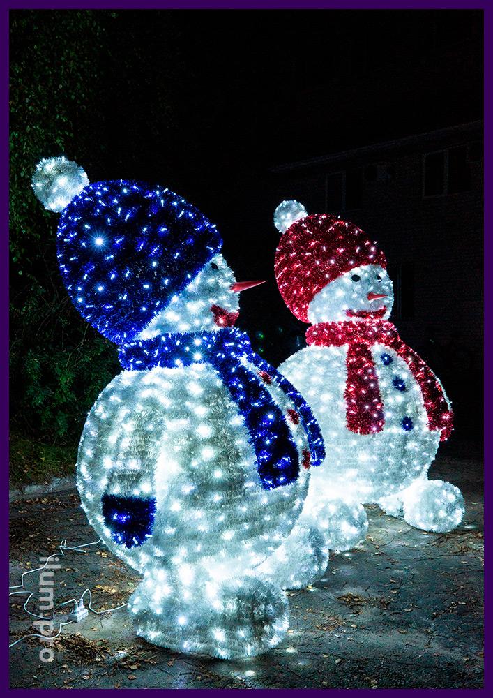 Новогодние украшения для улицы и интерьера в форме снеговиков из мишуры и гирлянд