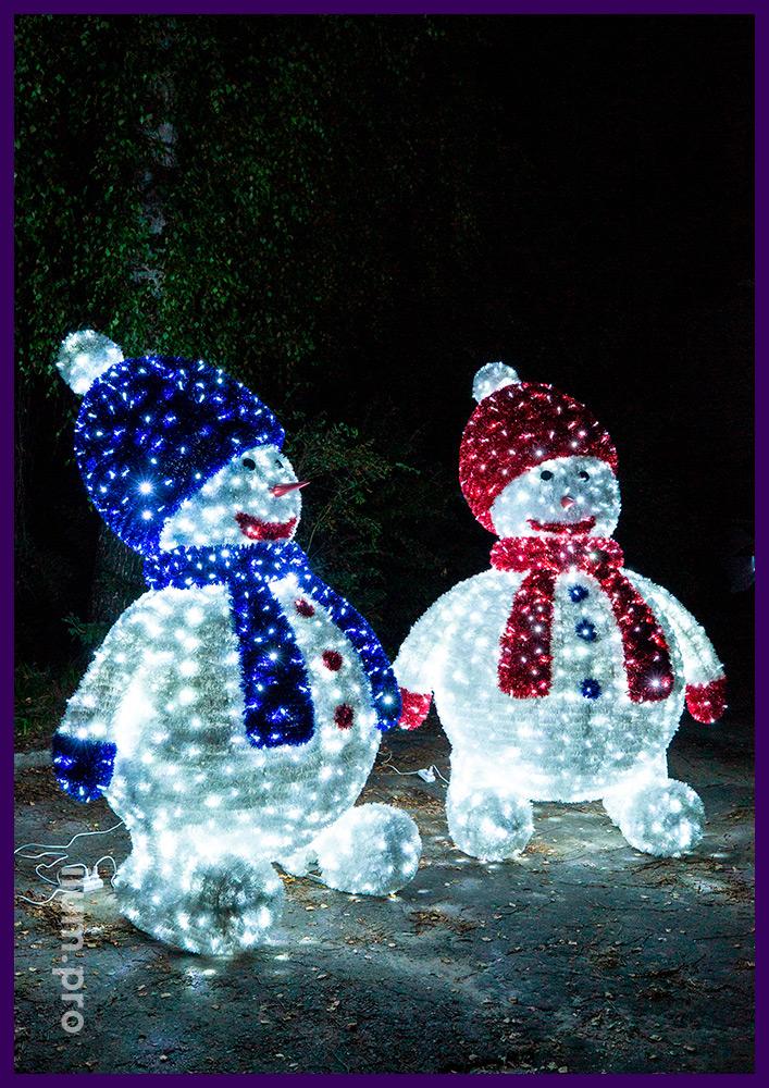 Пушистые световые фигуры снеговиков с гирляндами и мишурой на металлическом каркасе
