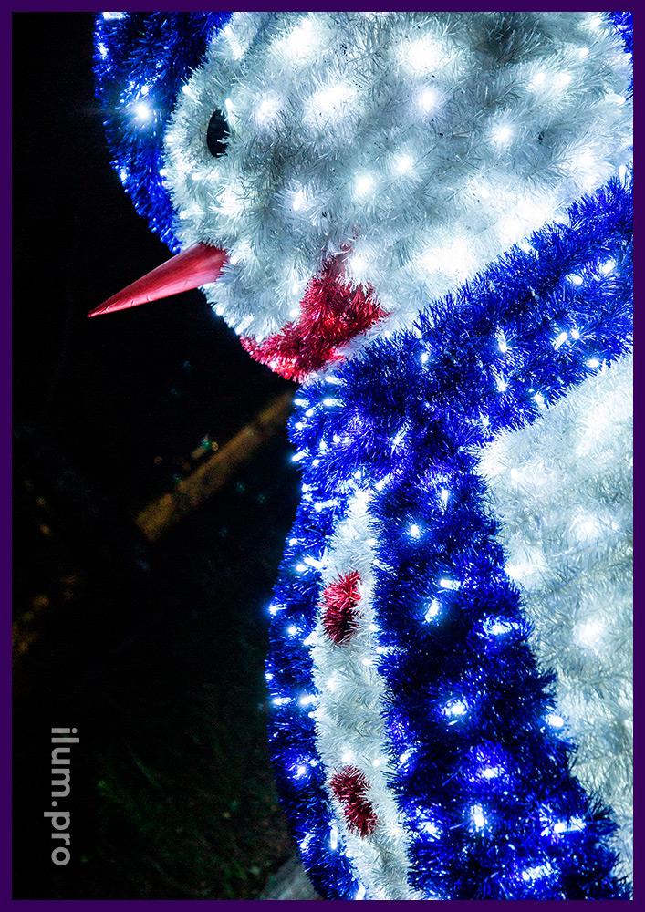 Светодиодная фигура с блестящей мишурой и гирляндами в шарфе с шапкой