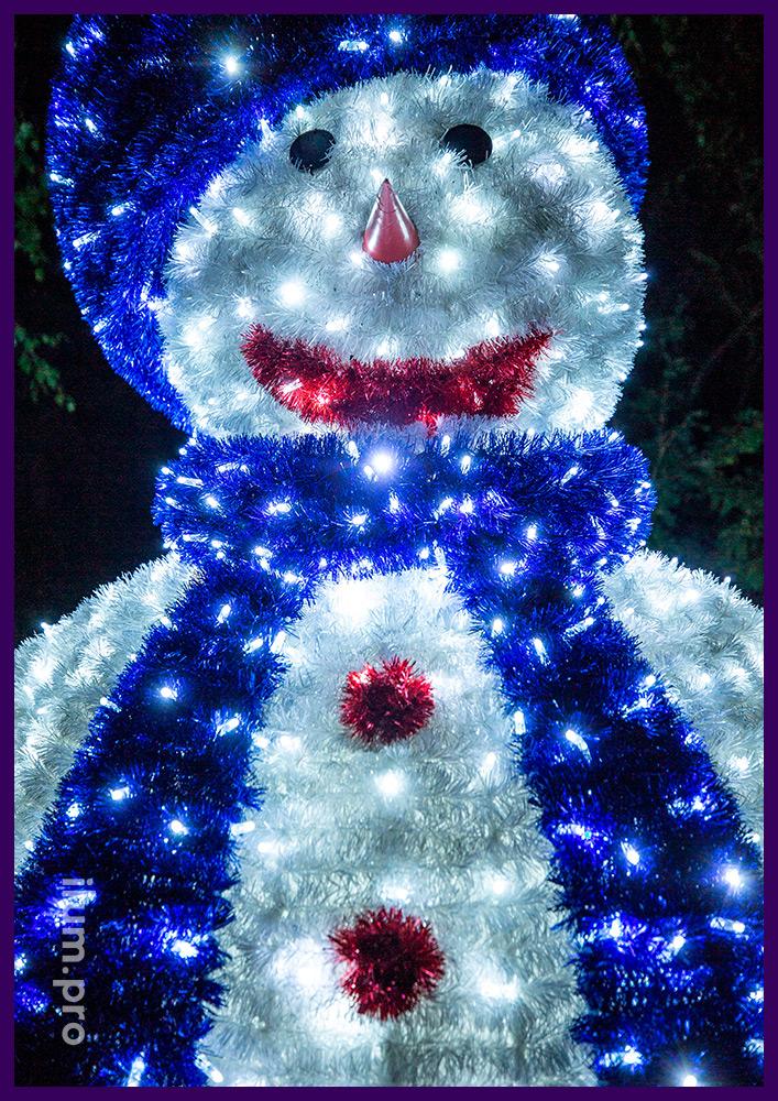 Снеговик из гирлянд IP65 и блестящей мишуры в городе на Новогодние праздники