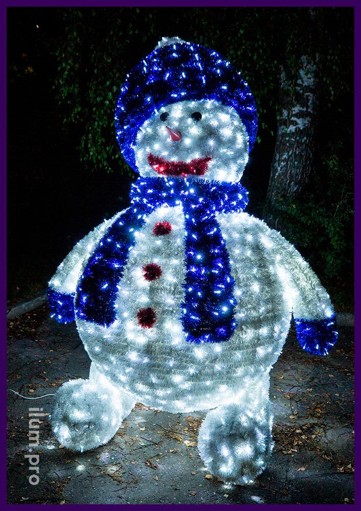 Высокая новогодняя фигура снеговика из металлического каркаса и гирлянд с мишурой