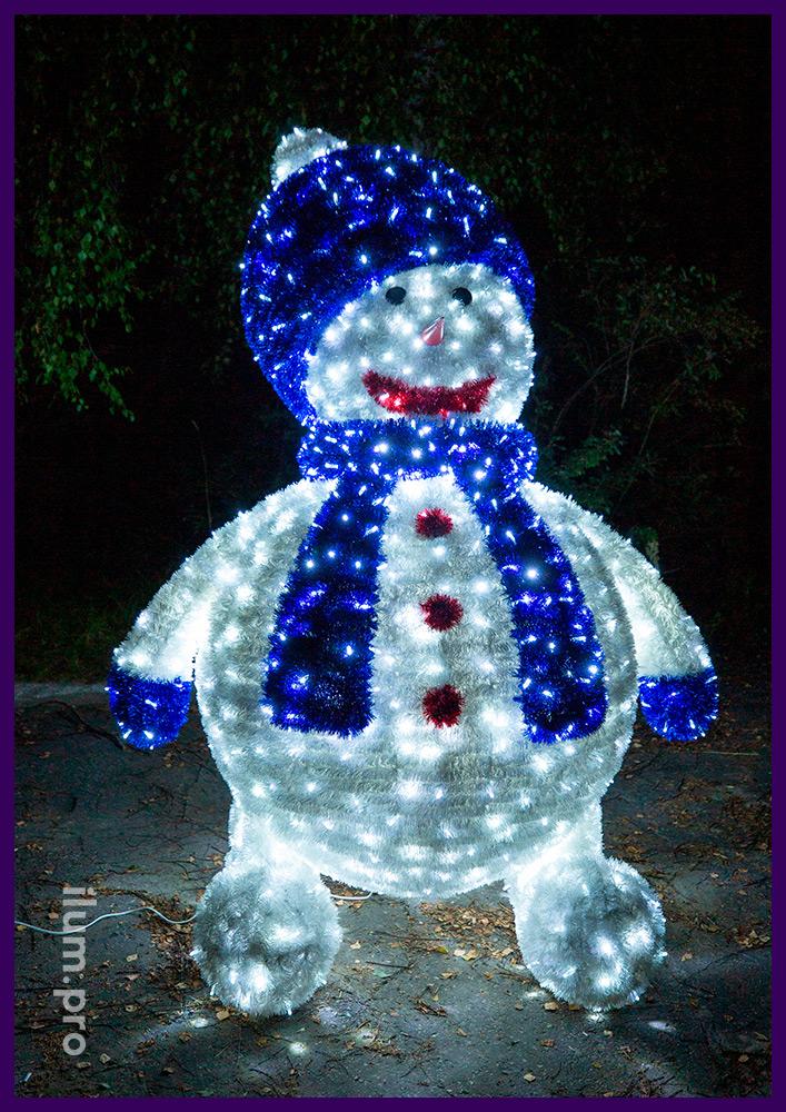 Большой светодиодный снеговик с пушистой мишурой и подсветкой уличными гирляндами