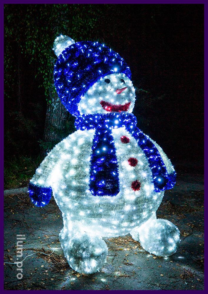 Снеговик из белых светодиодных гирлянд и покрытия пушистой мишурой на нержавеющей проволоке