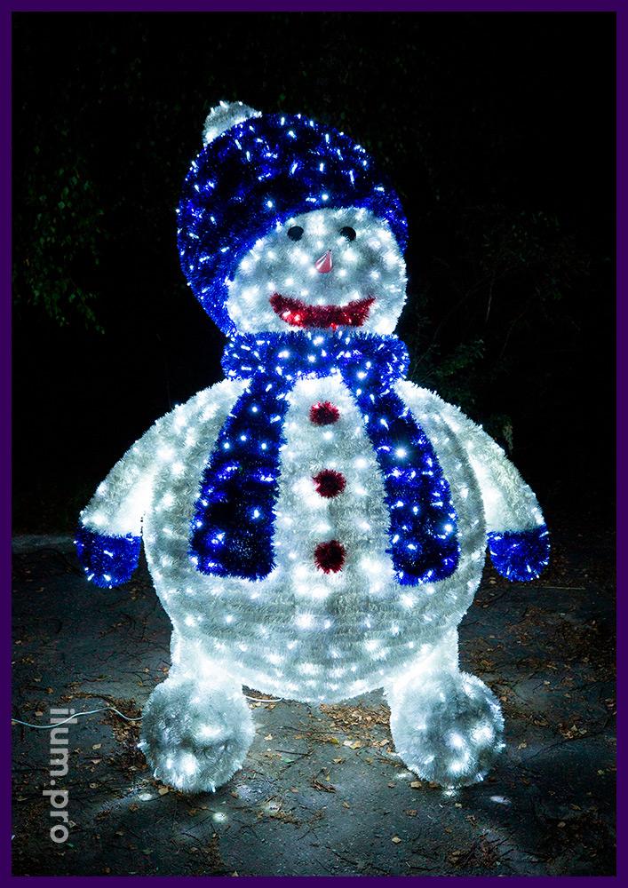 Снеговик из светящихся гирлянд и пушистой мишуры на нержавеющей проволоке