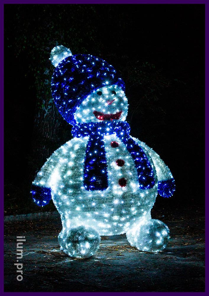 Снеговик из алюминия и гирлянд, покрытие блестящей мишурой на нержавеющей проволоке