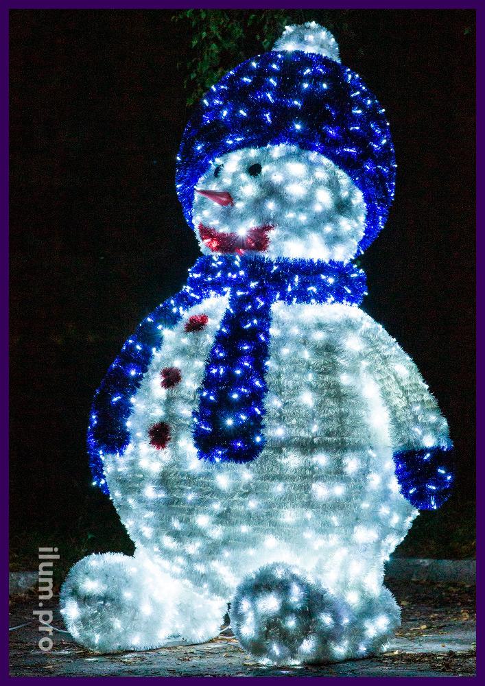 Объёмная световая фигура снеговика высотой 2,5 метра, покрытие уличной мишурой и гирляндами с защитой от влаги