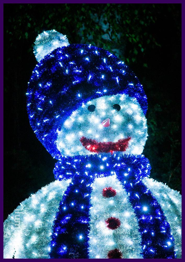 Новогодние декорации из гирлянд и мишуры на нержавеющей проволоке, снеговики в шапках и шарфах